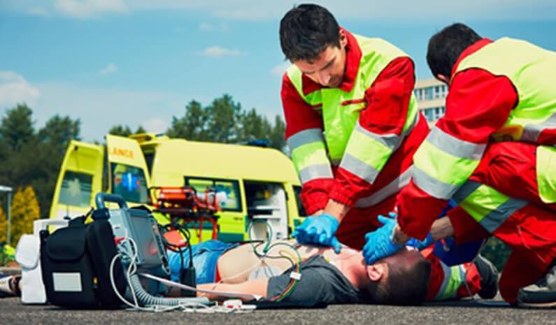 Wie bediene ich einen halbautomatischen Defibrillator?