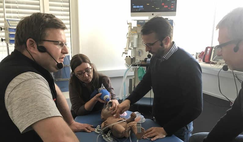 Herzlungenwiederbelebung Herzdruckmassage Neugeborenes